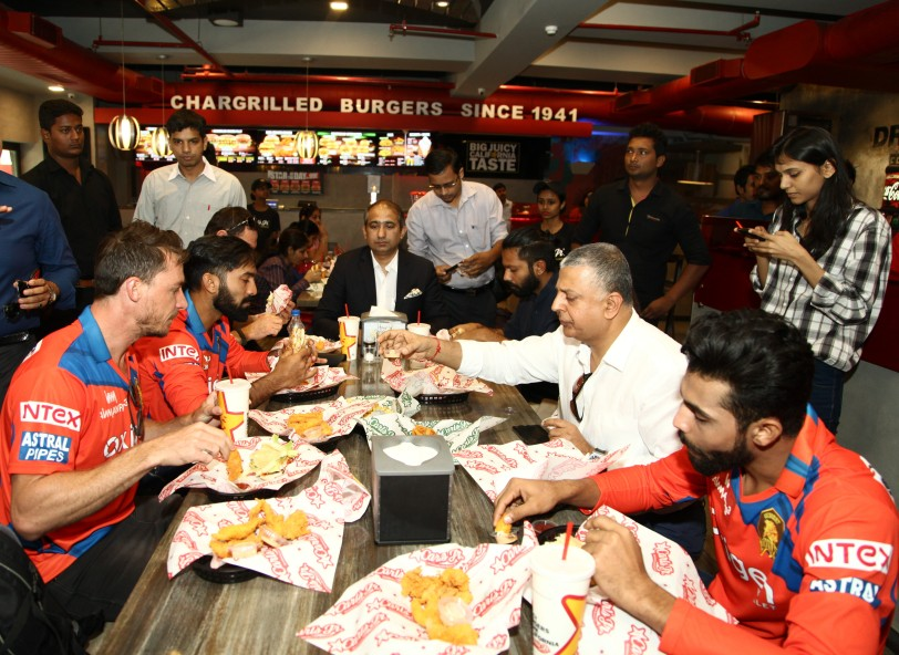 Ravindra Jadeja, Dinesh Karthik and  Dale Steyn having Carl's Jr. burger with  Sam Chopra