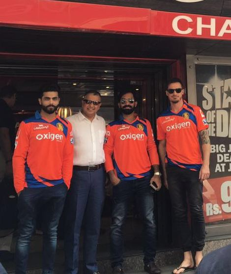 Ravindra Jadeja, Sam Chopra(Group Chairman and Founder, Cybiz Corp), Dinesh Karthik and  Dale Steyn