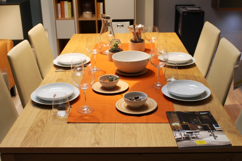 dining-table-728730.jpg